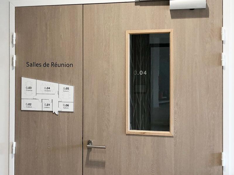 Plan d'orientation en relief, texte sur porte en film adhésif et texte aspect miroir sur vitre