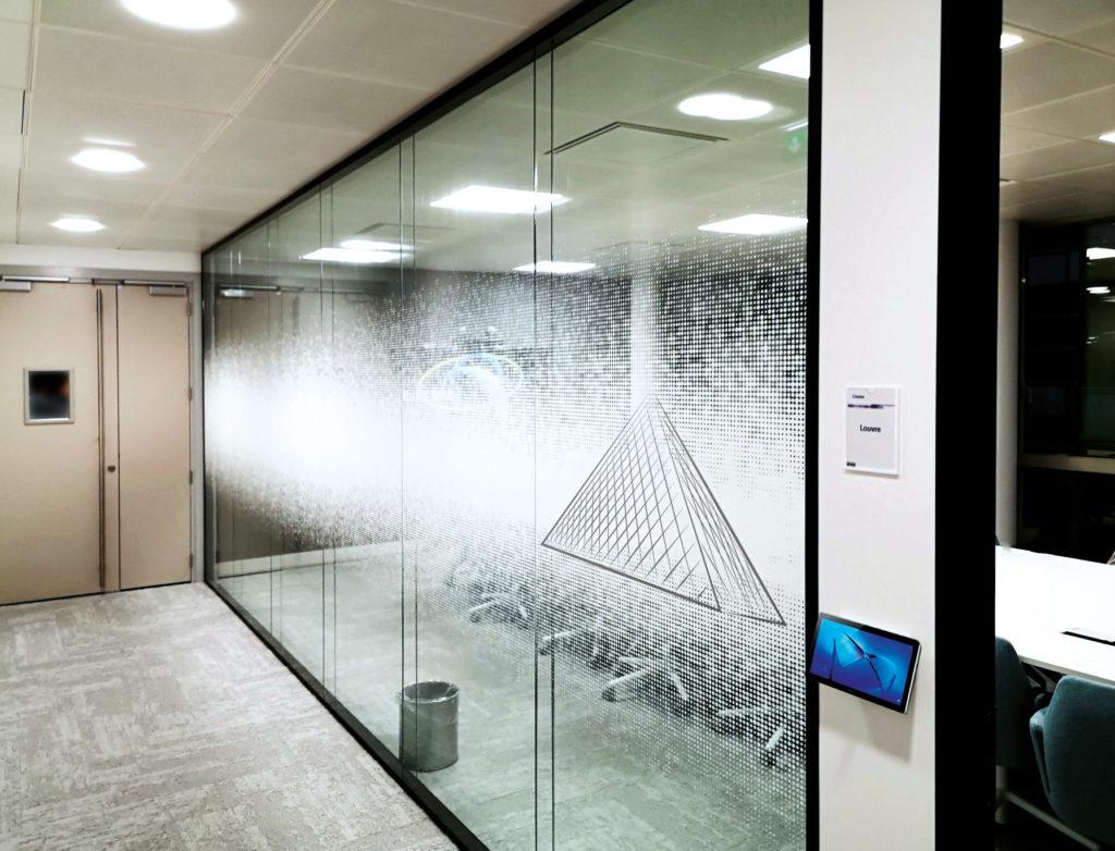 """Vitrophanie """"Pyramide du Louvre"""" en impression numérique sur film adhésif incolore"""
